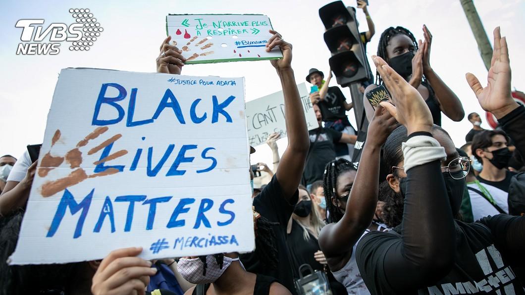 法國今天約有2萬人在巴黎發起反歧視示威,悼念2016年遭法國警方扣留時離奇死亡的24歲非裔青年。(圖/達志影像美聯社) 佛洛伊德之死燃全球怒火 巴黎2萬人示威反歧視