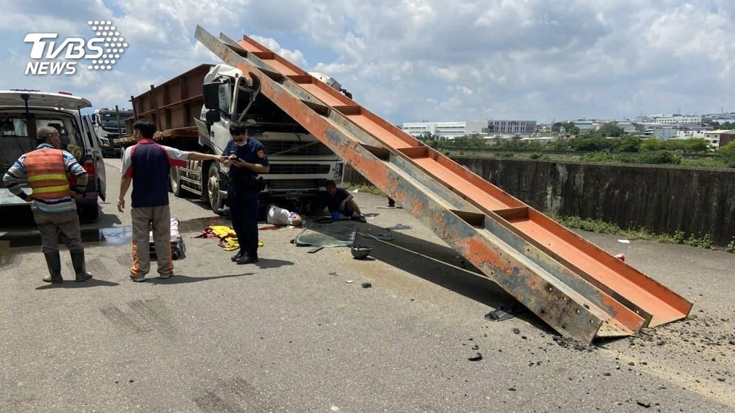 草屯鎮中午發生車禍,8旬騎士被救出時已無氣息,送醫不治。(圖/TVBS) 工程車機車相撞 8旬騎士卡車底不治