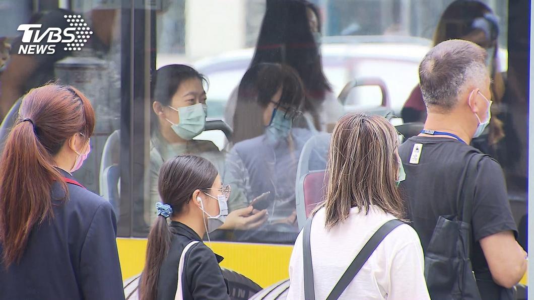 疫情影響下,現在搭乘公車都須戴上口罩。(示意圖/TVBS資料畫面) 婦沒口罩公車拒載!他好心送1片遭回絕 原因曝光惹眾怒