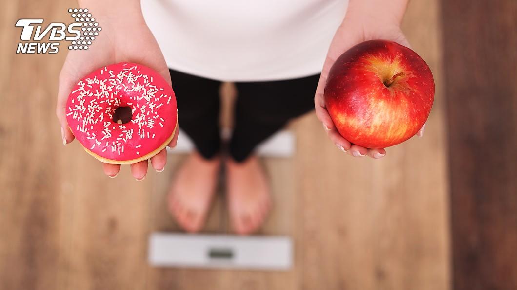 該名少女為減肥無所不用其極。(示意圖/TVBS) 18歲女拿「12cm異物」催吐減肥…手滑吞進肚險喪命