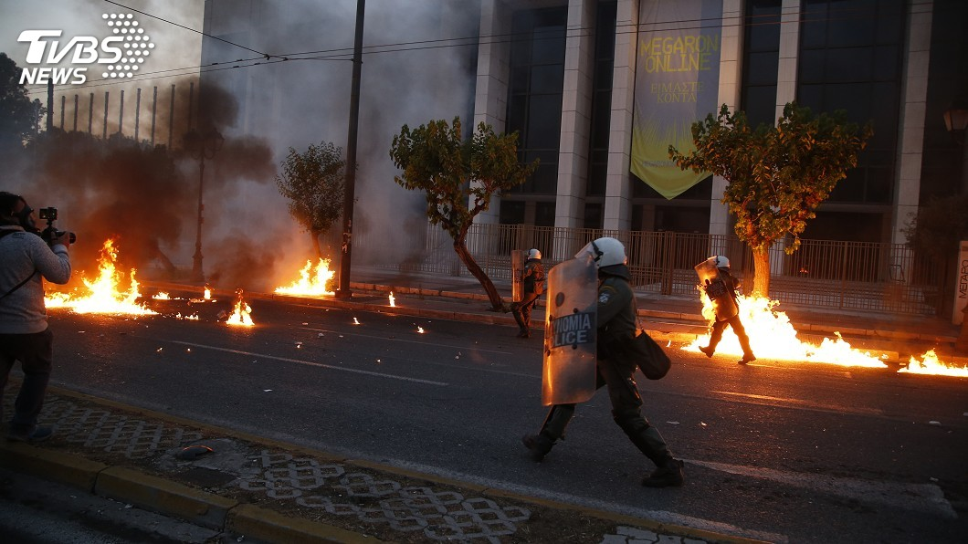 圖/達志影像美聯社 非裔遭警壓頸致死引燃怒火 希臘示威者丟汽油彈