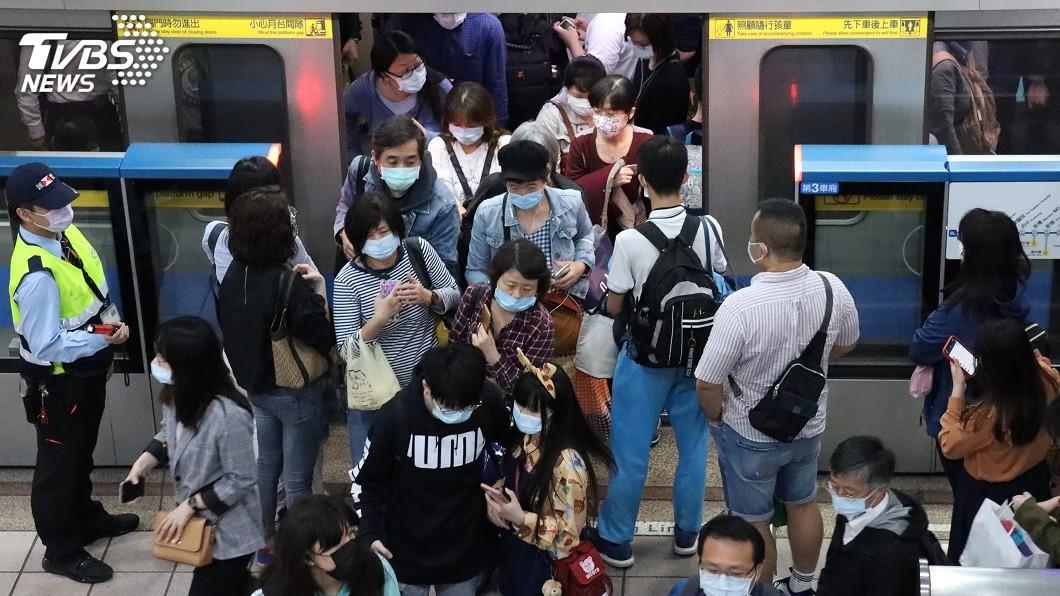 民眾搭乘捷運戴口罩防疫。(圖/中央社) 捷運、公車戴口罩鬆綁? 北市:依中央規定辦理