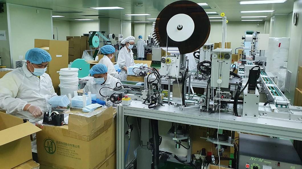圖為華新廠內作業情形。(圖/華新醫材提供) 華新觀光工廠6日起週末開賣口罩 每人限購2盒