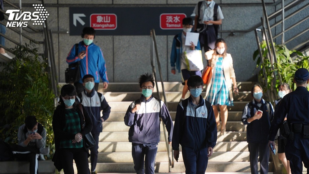 民眾搭大眾運輸戴口罩。(圖/中央社) 離峰搭捷運若有安全距離 陳時中:可不用戴口罩