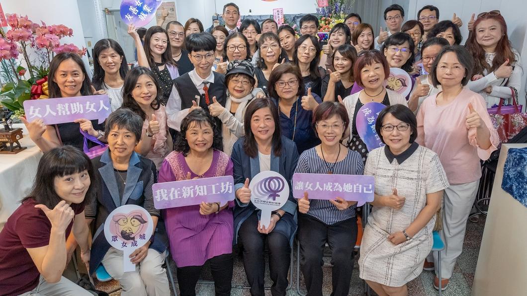 台北市婦女新知協會日前舉辦「新知工坊」新址落成揭牌活動。(圖/台北婦女新知協會提供) 結合永續倡導女權 新知工坊展現婦女新「織」暖實力