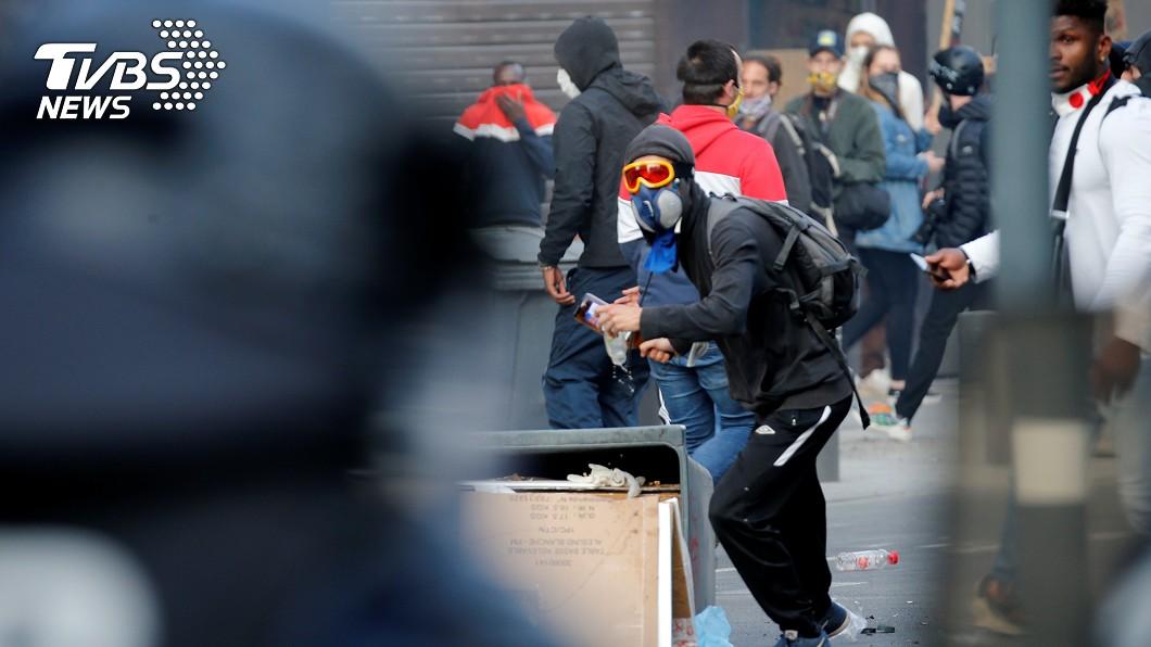 法國示威者帶著防毒面罩。(圖/達志影像路透社) 法國北部反種族歧視示威 警方動用催淚瓦斯趕人
