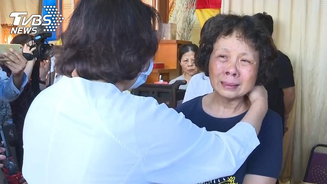 李承翰媽媽見到黃敏惠市長忍不住痛哭。(圖/TVBS) 「現在只剩我一個了…」 承翰媽悲訴:對司法已無信心