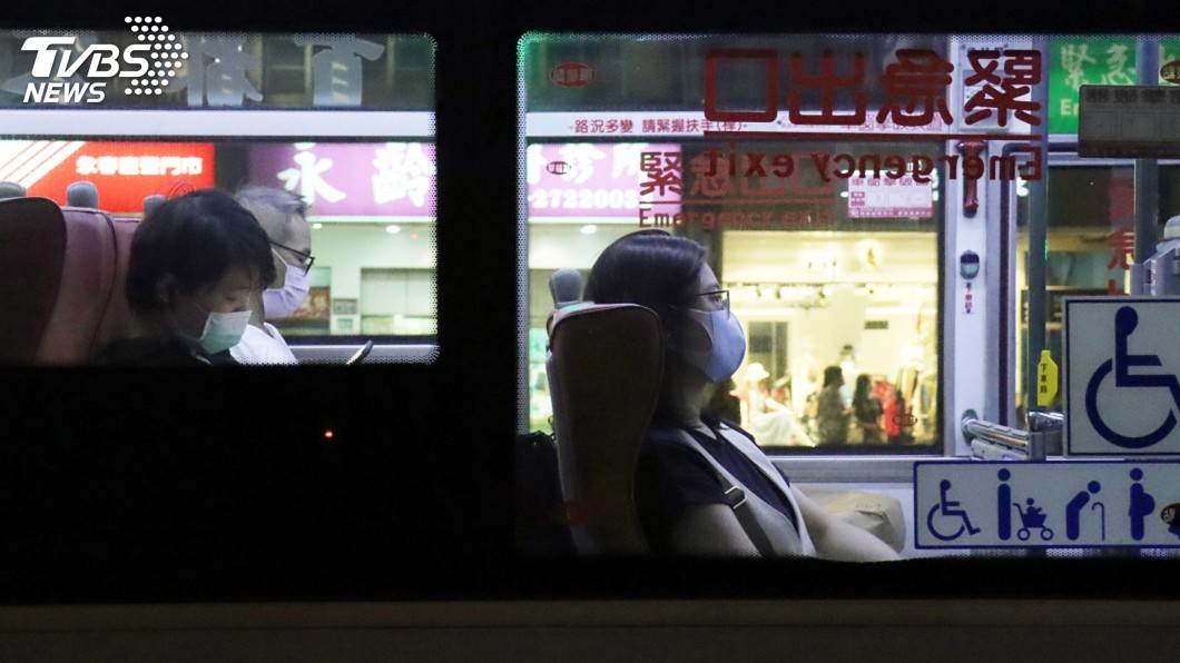 民眾搭乘公車戴口罩防疫。(圖/中央社) 北北基桃達共識 7日起搭捷運公車有條件解封