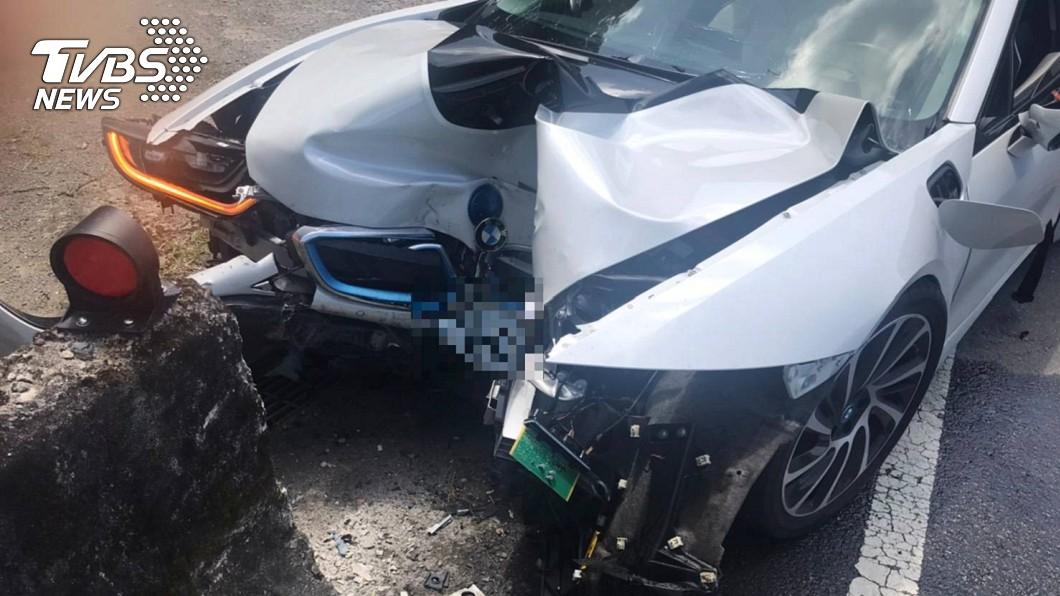 名貴超跑撞護欄車頭全毀。(圖/TVBS) GG了!千萬BMW i8跑車自撞車頭毀 駕駛送醫急救