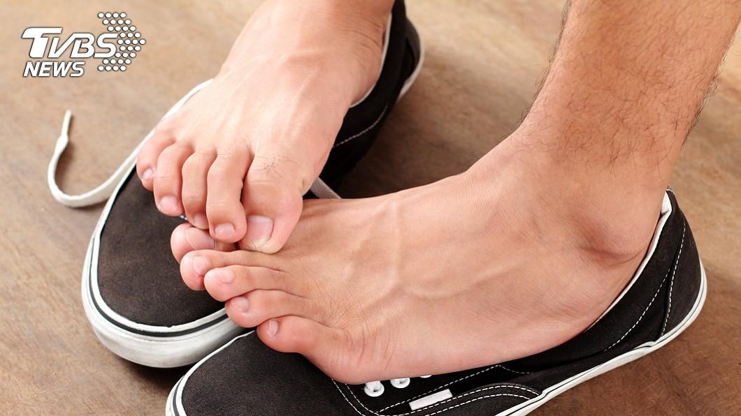 高中生雙腳經常飄散異味。(示意圖/TVBS) 鹹魚般惡臭!腳底如月球表面 高中生罹「足蹠蠹蝕症」