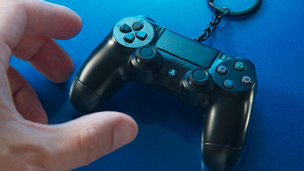 悠遊卡公司與Sony合作推出PS4手把造型悠遊卡,將PS4的搖桿DS4造型化身悠遊卡,感應時還會發出藍光。(圖/翻攝自悠遊卡公司官方網站) PS4手把造型悠遊卡太夯 預購改限時不限量