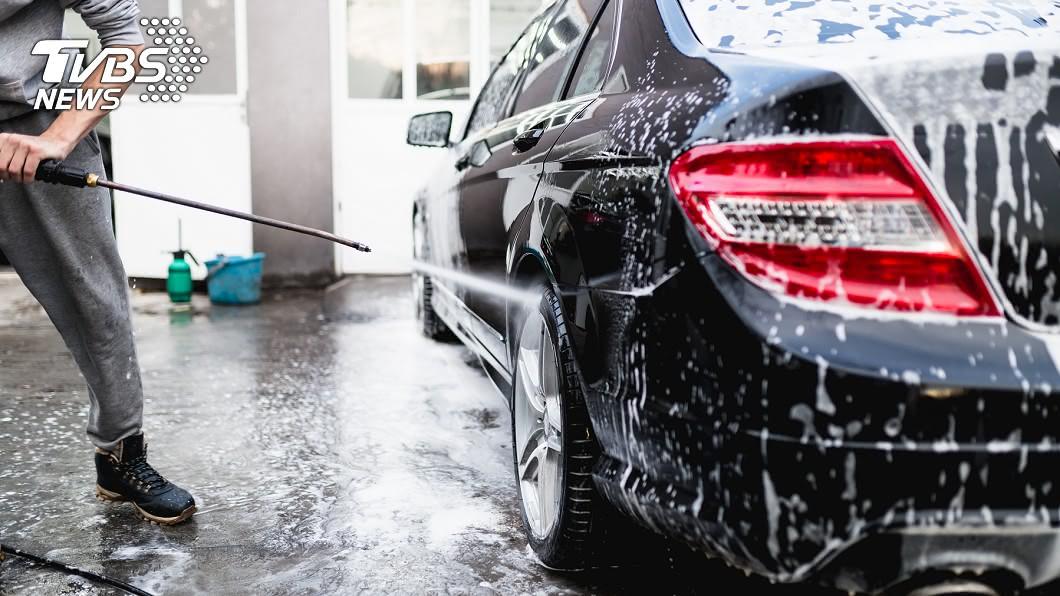 時常有人嗨玩洗車場水柱,非常危險。(示意圖/TVBS) 拿洗車水柱噴!女手腕險斷 網曝驚悚案例:身體切半