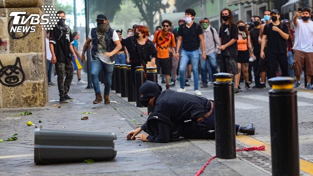 圖/路透社 抗議失控!墨國員警遭示威者 縱火焚身