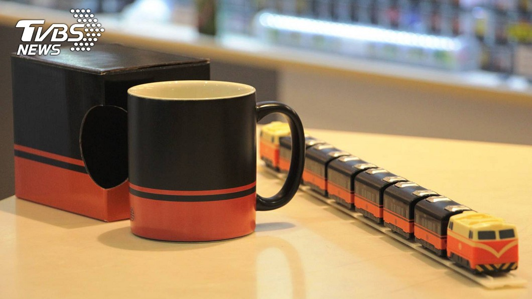 台鐵將推出「鳴日號」首款周邊商品。(圖/台鐵提供) 台鐵美學設計鳴日號 首款周邊商品迴力車馬克杯