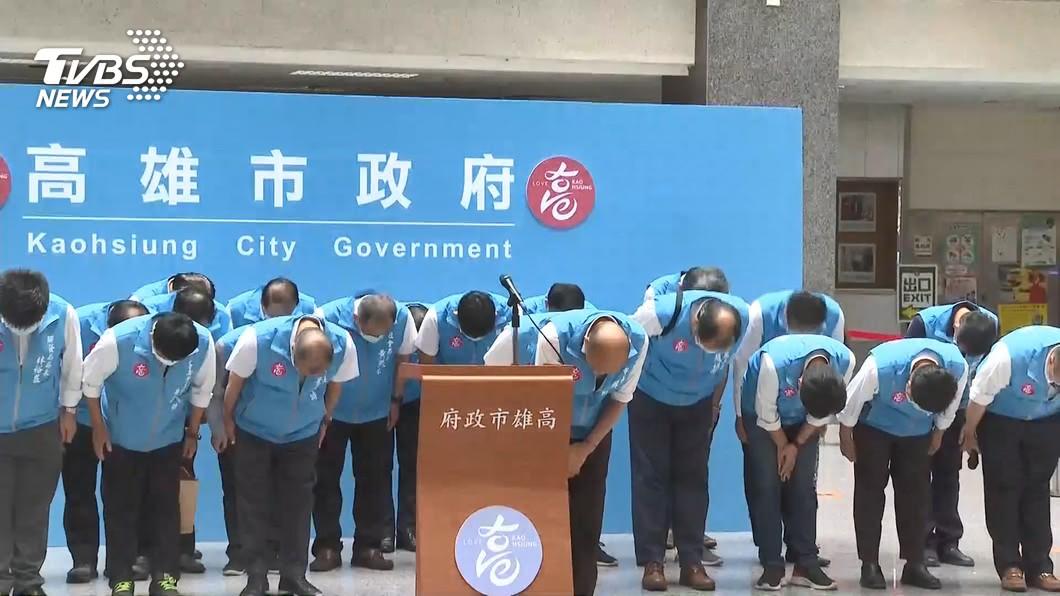 高雄市長韓國瑜確定遭罷免後,率局處首長向選民鞠躬。(圖/TVBS) 韓國瑜遭罷免 他酸蘇貞昌:少了提款機怎麼過