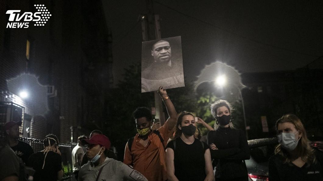 抗議活動氣氛轉趨和平,紐約市長宣布解除宵禁。(圖/達志影像美聯社) 反種族歧視示威氣氛和平 紐約提早解除宵禁
