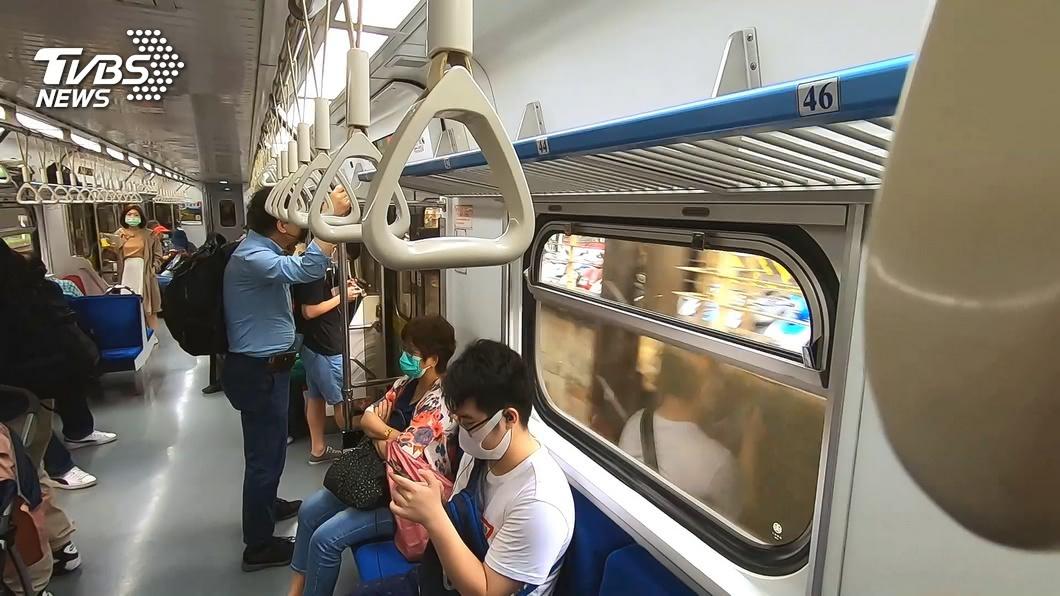 搭乘大眾運輸時降低說話音量可避免干擾其他旅客。(示意圖,與當事人無關/TVBS資料畫面) 比中指回敬!男搭車講電話音量大遭瞪 女乘客PO文公審