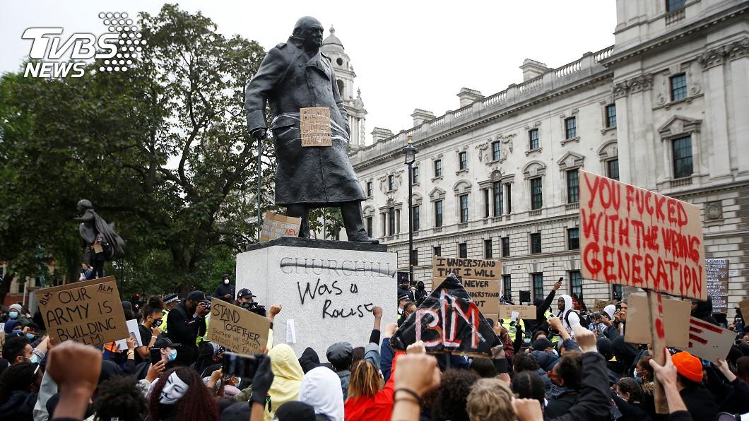 圖/路透社 英反歧視示威 17世紀奴隸商雕像被丟河中