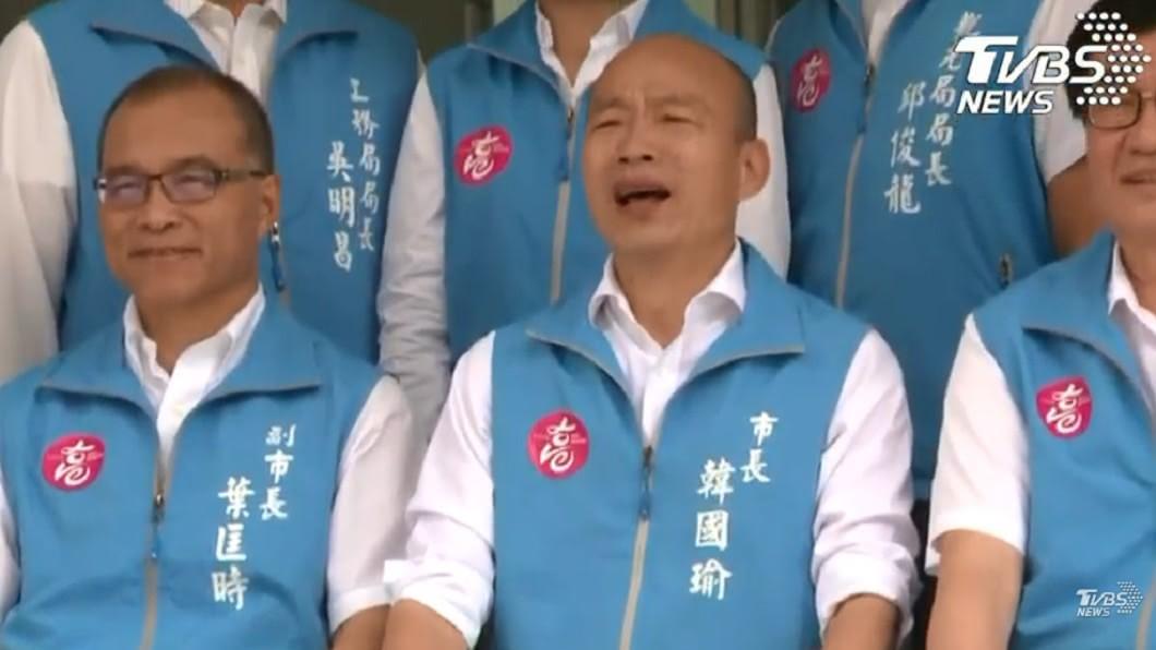 韓國瑜拍畢業照稱自己笑不出來。(圖/TVBS) 最後一次會議!韓國瑜拍「畢業照」竟脫口:我笑不出來