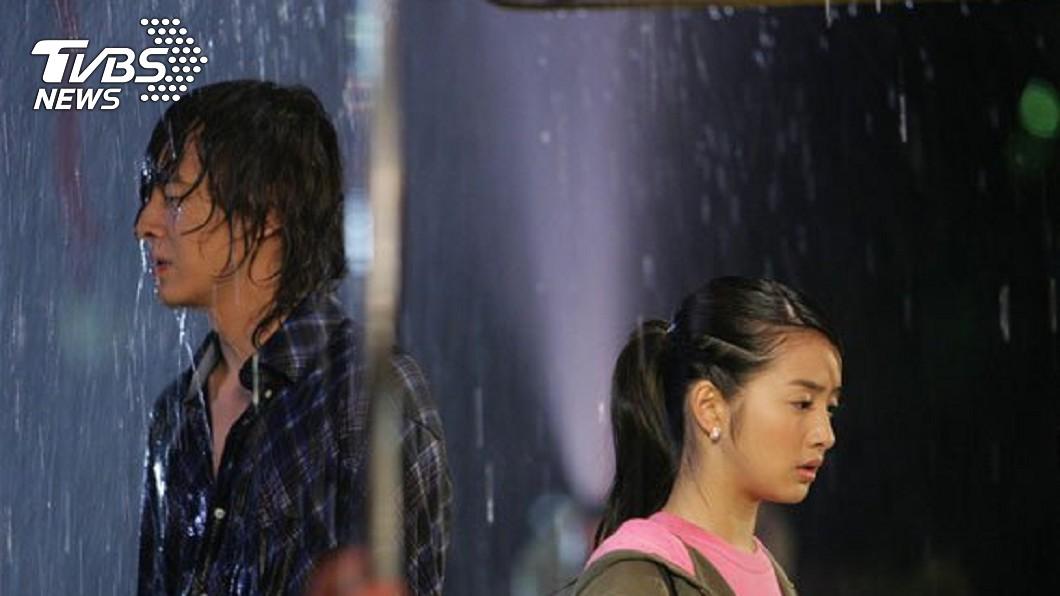 鄭元暢與林依晨在惡作劇之吻中有一場雨中吻戲。(圖/翻攝自惡作劇之吻粉絲團) 鄭元暢談拍戲趣事 《惡吻》與林依晨雨中吻戲險溺水