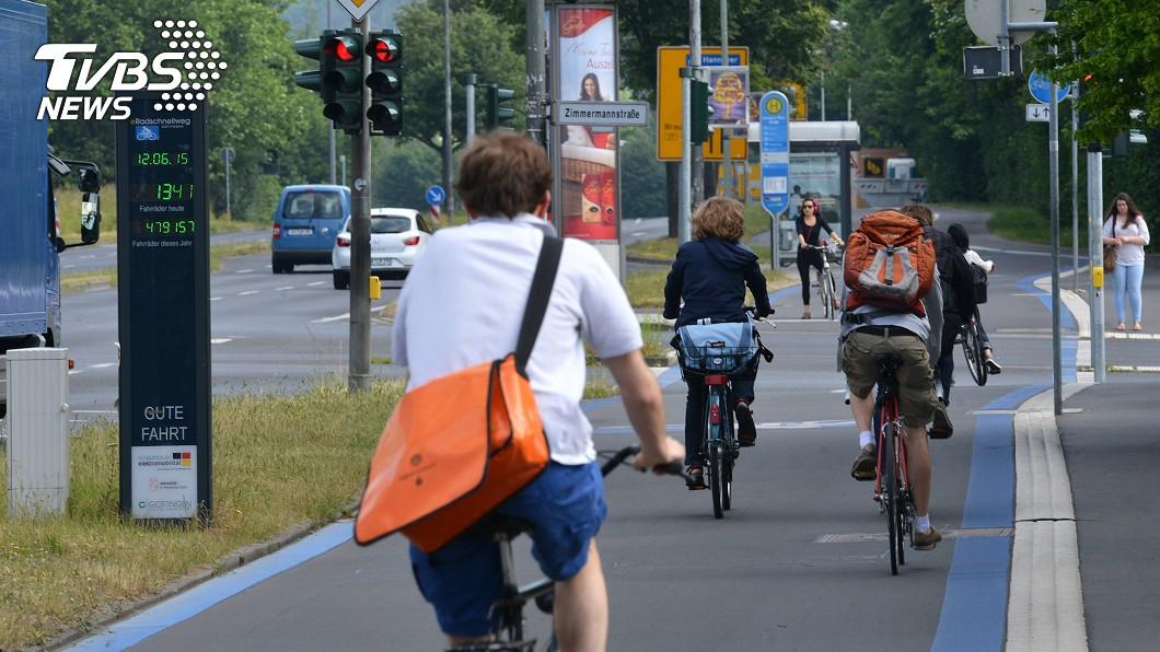 許多民眾擔心疫情不敢乘坐大眾運輸,改為騎自行車上路。(圖/中央社) 健康環保重塑市容 歐洲防疫單車潮買氣爆發