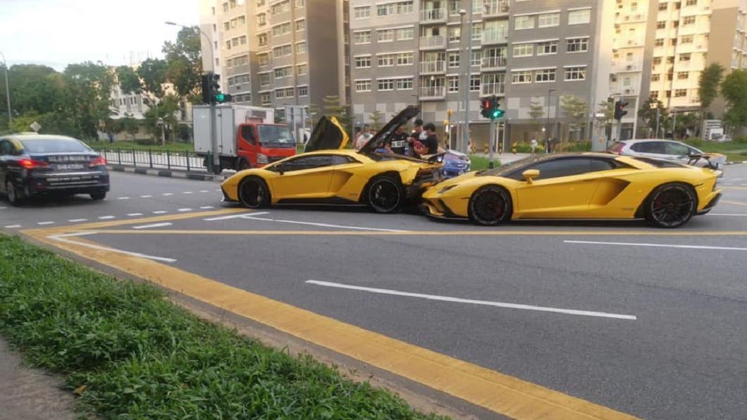 新加坡7日發生一起藍寶堅尼追撞藍寶堅尼的意外事故,引起不少網友討論。(圖/翻攝自SG Road Vigilante - SGRV臉書) 這車禍賠慘!千萬藍寶堅尼遭追撞 竟是同款同色超跑闖禍