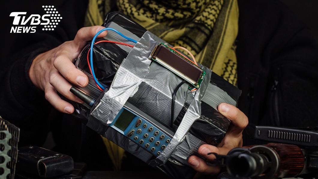 男子自製炸彈。(示意圖/TVBS) 無法脫單!男製炸彈丟正妹 反「炸飛自己手」下場超慘