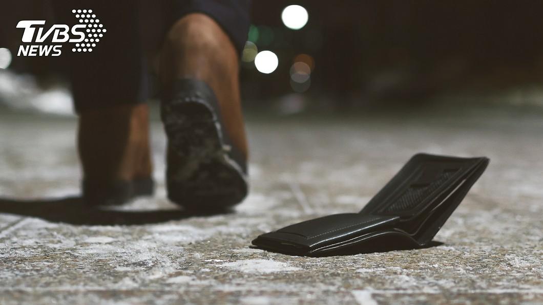 男大生遺失錢包。(示意圖/TVBS) 拾獲錢包討10%報酬 厚臉皮男敲門喊「就是要錢」