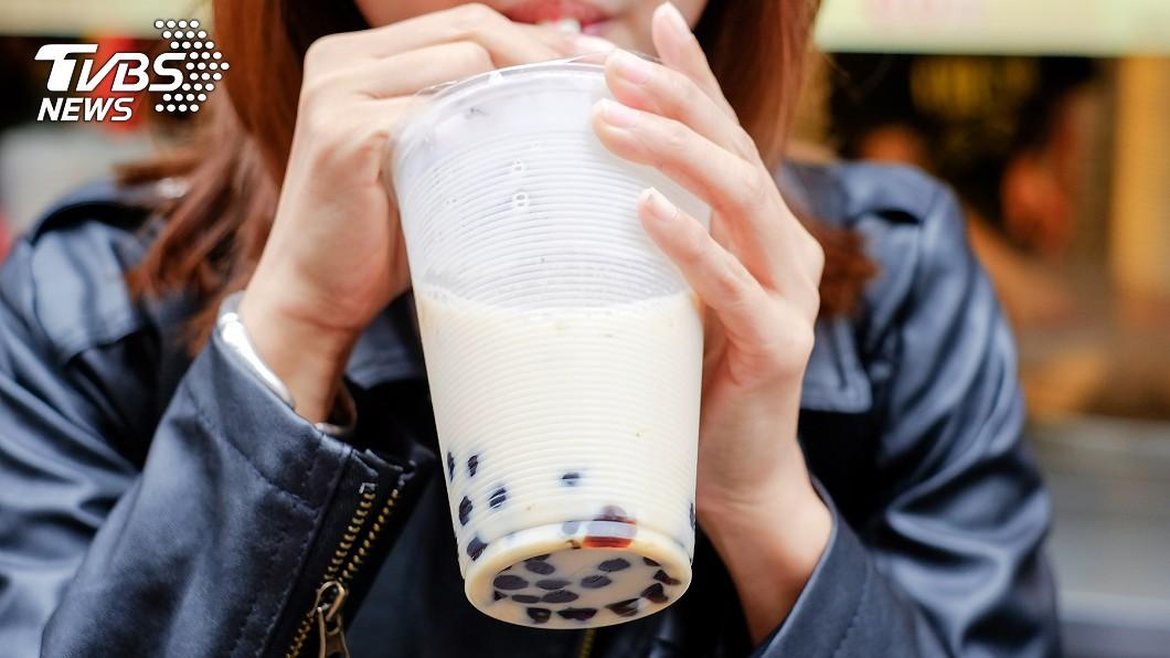 許多人每天都要來一杯珍珠奶茶。(示意圖/TVBS) 比便當還貴!手搖飲昔單杯銅板價 今飆破150元