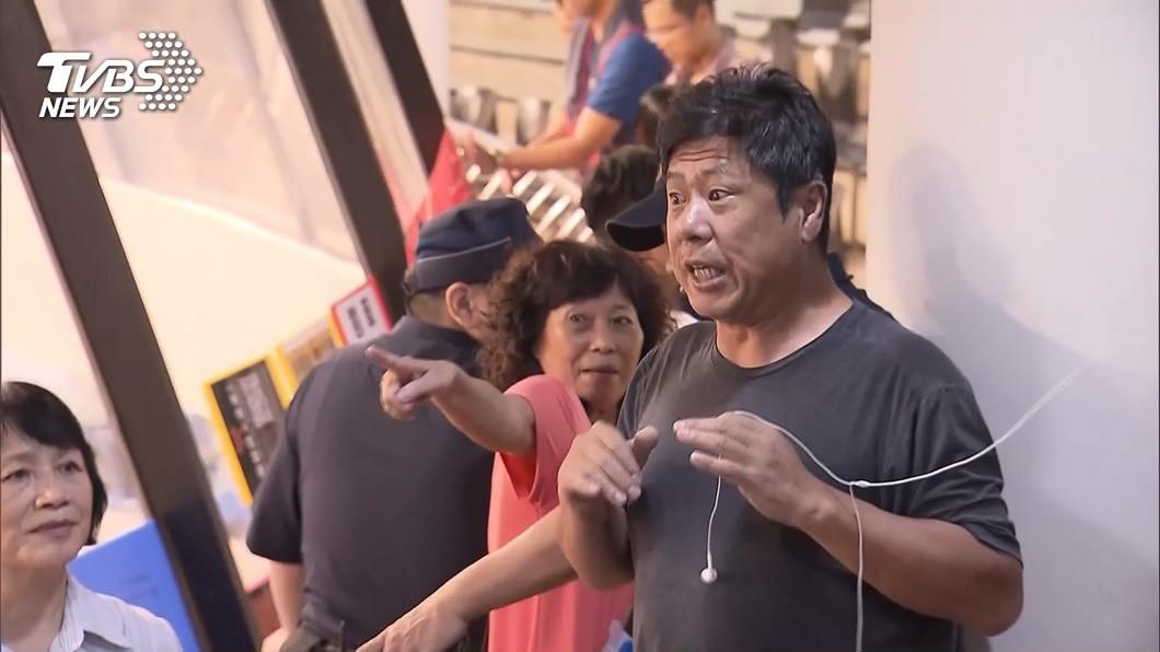 杏仁哥。(圖/TVBS資料畫面) 不忍了!杏仁哥衝民進黨黨部 「支持蔡英文」原因曝光