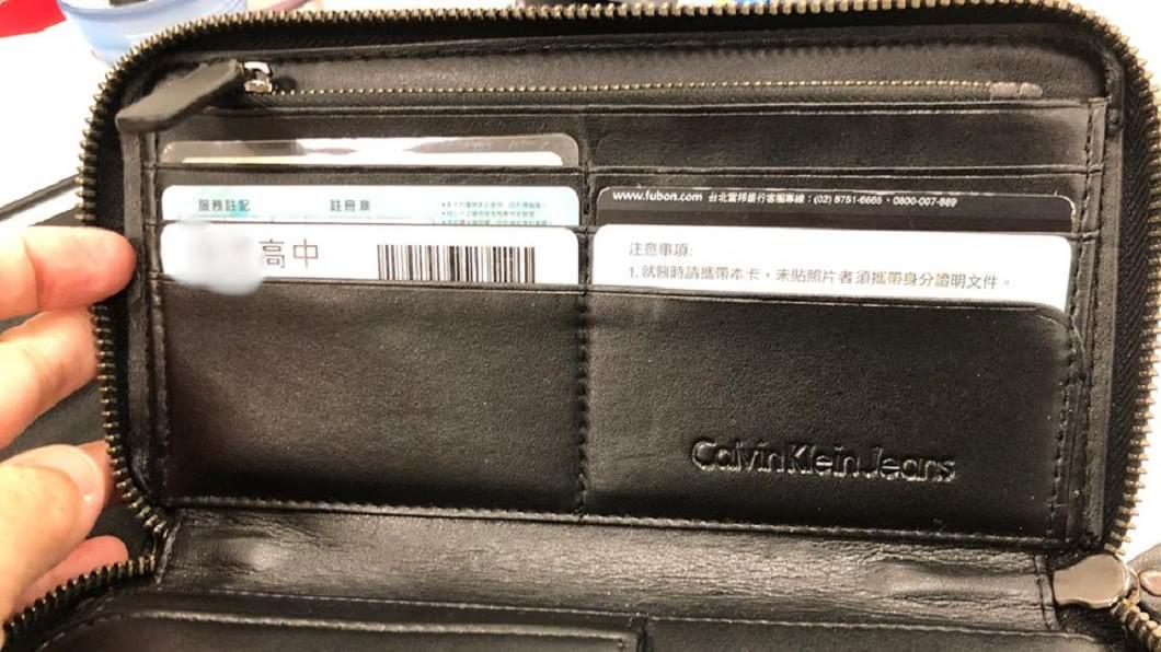 1名女網友日前分享誤拿兒子錢包出門的糗事。(圖/翻攝自爆怨公社) 母匆忙出門誤拿兒錢包 打開驚見「自製鈔票」超火大