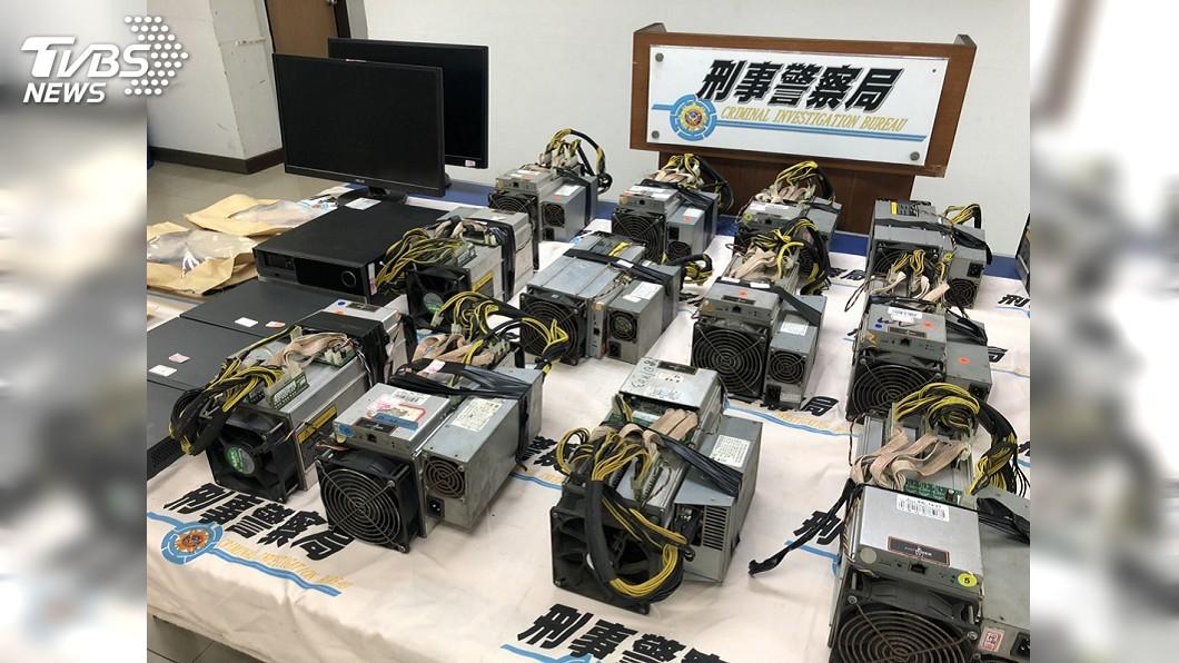警方今天宣布偵破高雄市4處虛擬貨幣礦場從路旁電線桿接線竊電。(圖/警方提供) 虛擬貨幣礦場竊電半年省下4600萬 警逮2人