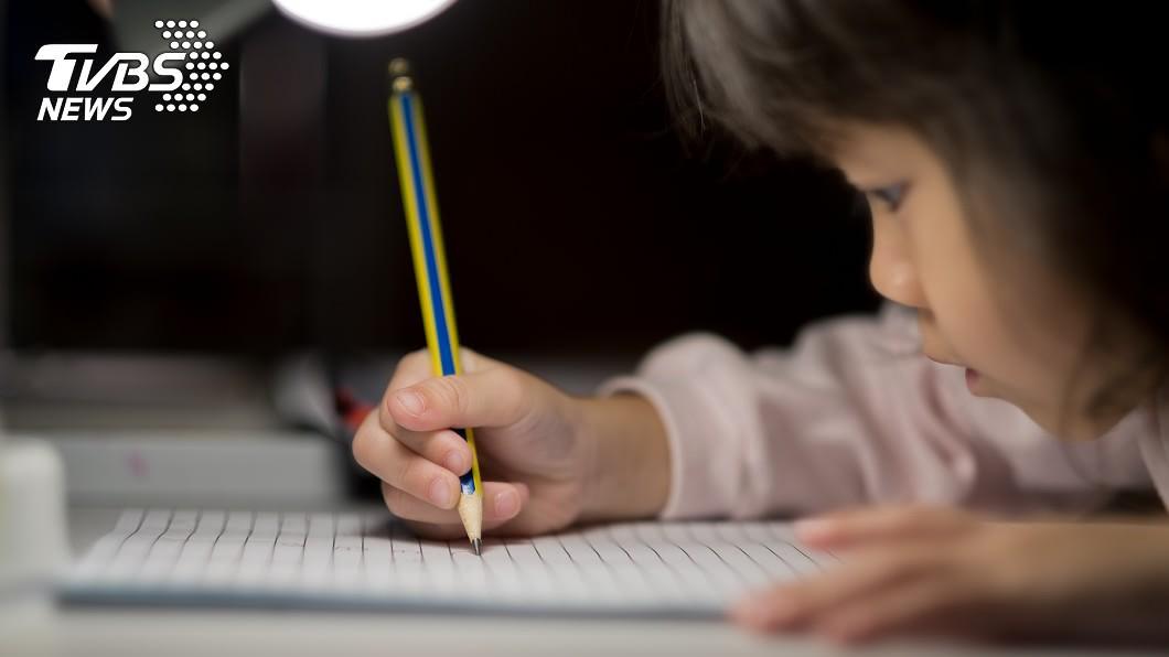 孩子在聯絡簿寫下失去父母的心情。(示意圖,與當事人無關/TVBS) 「失去了爸媽」孩子聯絡簿訴心聲 萬人心疼:太懂事