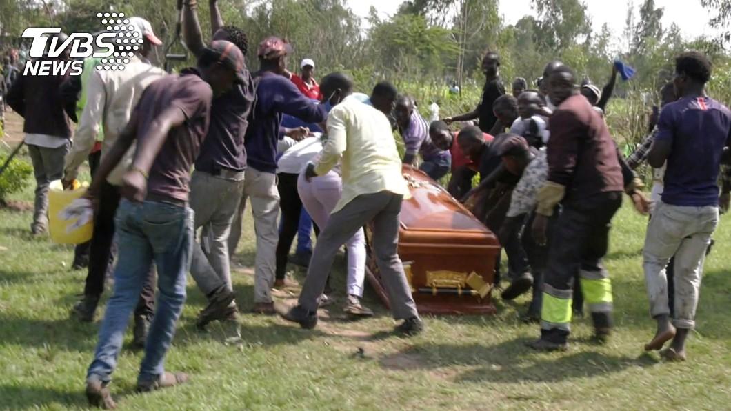 數百名歌迷前往墓地搶屍。(圖/達志影像路透社) 催淚瓦斯驅逐!已故男歌手下葬 歌迷失控「搶屍」