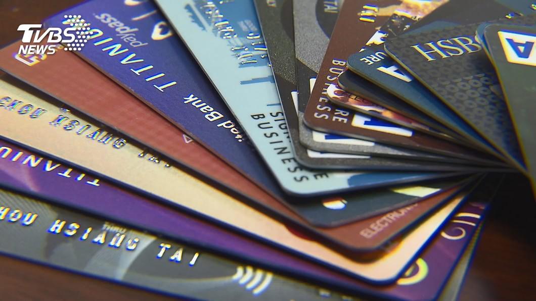 振興三倍券今天開放數位綁定,民眾爭搶信用卡加碼優惠。(圖/TVBS) 爭搶三倍券加碼優惠 銀行辦信用卡電話暴增6倍
