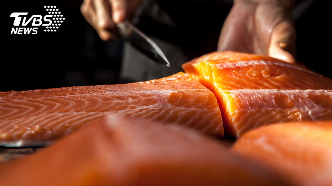 北京新發地市場傳出切鮭魚的砧板驗出病毒。(示意圖/TVBS) 「切魚砧板」驗出新冠病毒 北京聞鮭色變全下架