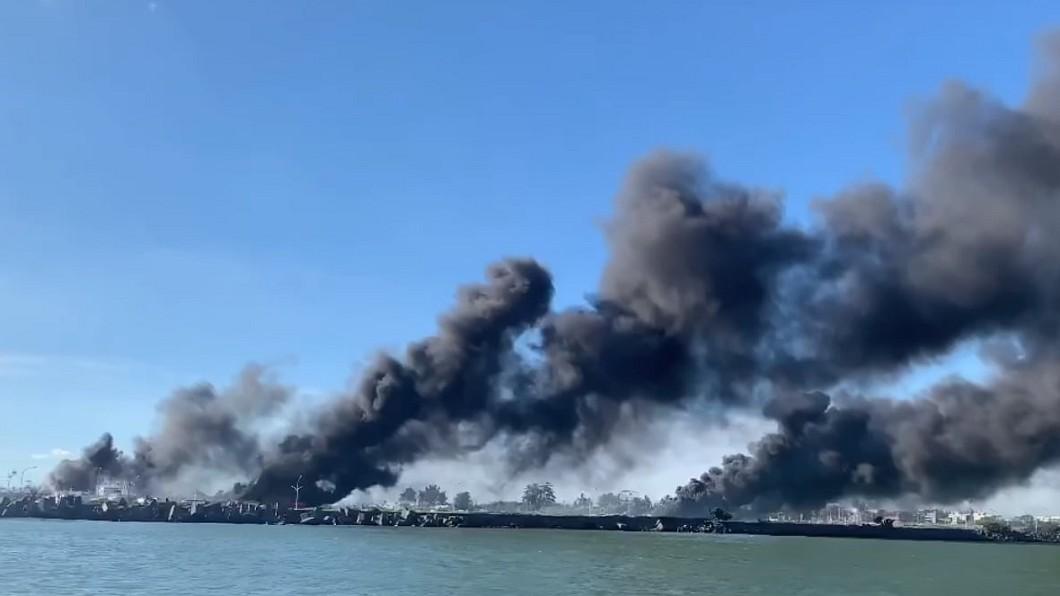 (圖/翻攝自屏東迷臉書) 屏東鹽埔漁船爆炸 烈焰濃煙竄天際...連高雄都看得見!