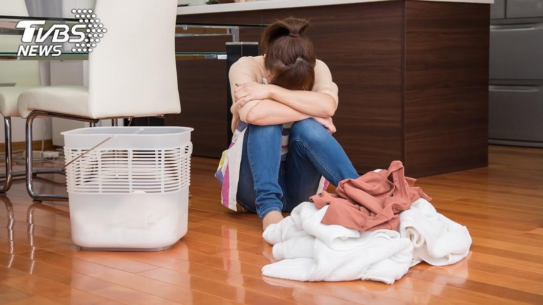 女子被房東規定一週只能洗一次衣服。(示意圖/TVBS) 「洗衣1週限1次」房東突增合約外規定 女租客委屈痛哭