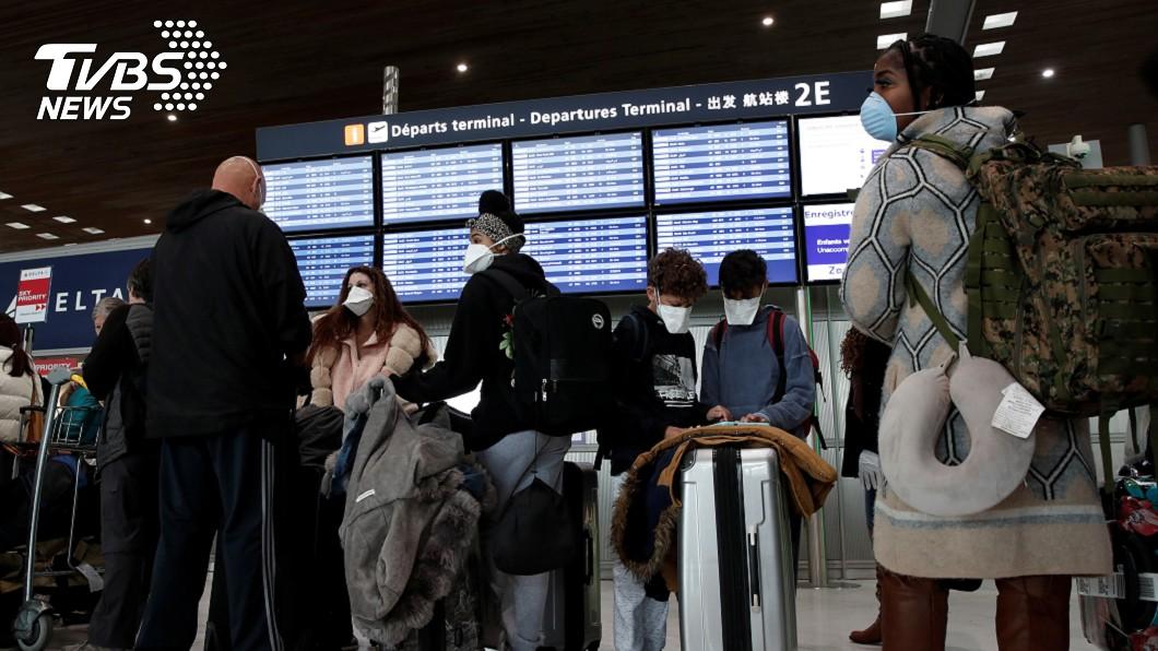 在機場內的旅客都戴上口罩。(圖/達志影像路透社) 搭機拒戴口罩 恐遭美航空公司打入禁飛名單