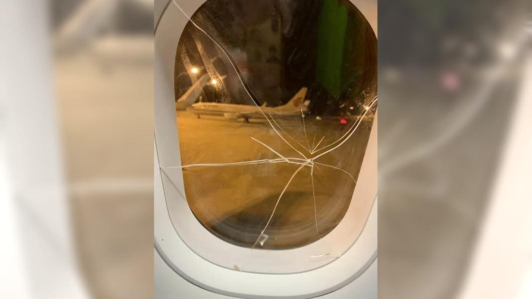 失戀女一拳將飛機玻璃擊破。(圖/翻攝自陸媒) 恨的迫降?醉女搭機發酒瘋 「一拳」窗裂引爆飛安