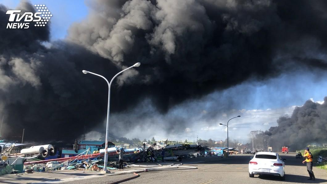 屏東縣鹽埔漁港火燒船事件,但截至今天中午還有1艘漁船在悶燒。(圖/東港警分局提供) 屏東鹽埔漁港還有1艘船悶燒 損失逾3億元