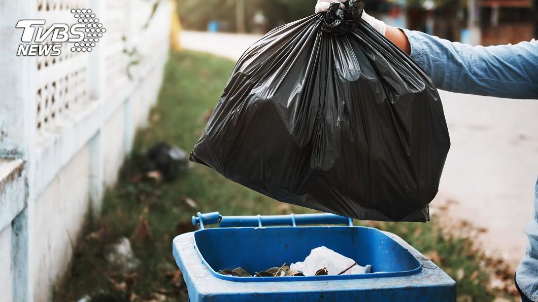 婦人將男嬰屍體用垃圾袋包裹丟棄。(示意圖/TVBS) 新生兒溢奶噎死 失魂媽慌拿「垃圾袋裹嬰」棄屍