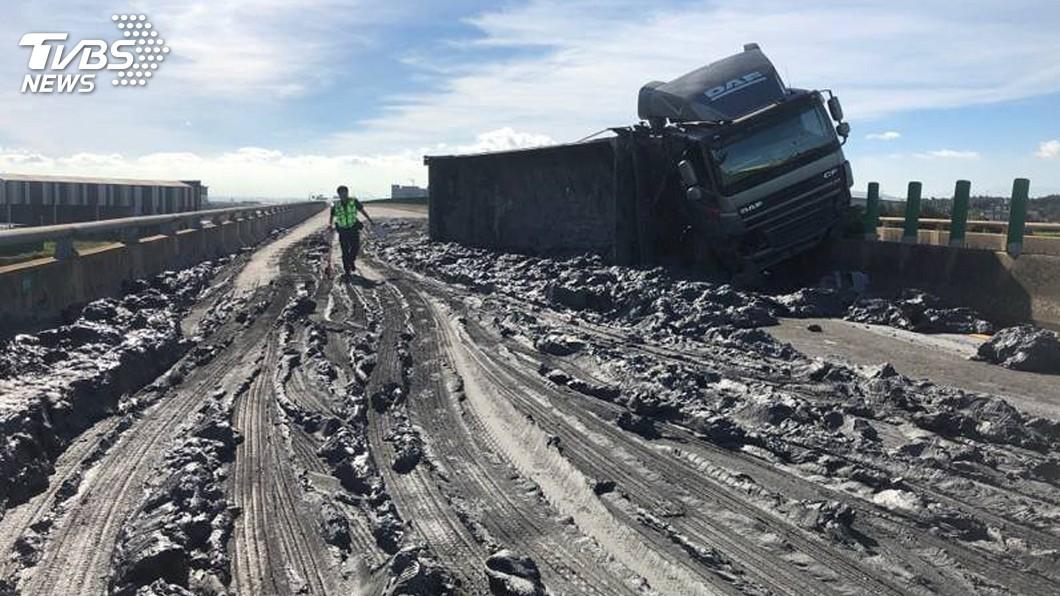 台61線發生一起砂石車翻覆事故。(圖/桃園市警局大園分局提供) 台61線觀音段砂石車翻覆 土石佔滿車道交通中斷