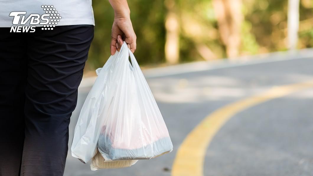 高雄一名男子兩個月內跑遍各大賣場、超商,利用不同載具蒐集4600張發票提高中獎率。(示意圖/shutterstock達志影像) 狂買4600個塑膠袋「洗發票」 財政部:無法可管