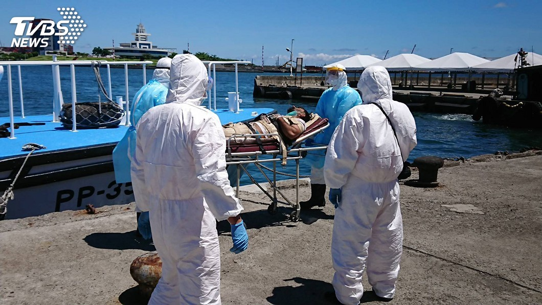 一艘外國貨輪船上印度籍船員疑似因心臟病發作。(圖/海巡署南部分署第五海巡隊提供) 印度船員疑心臟病發求援 高雄海巡協助就醫