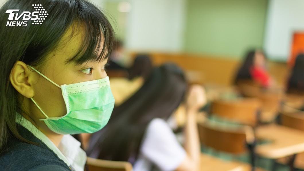 日前菲律賓一所小學的畢業典禮上,竟發生畢業生輪流戴同1片口罩和老師合照的事情。(示意圖/TVBS) 菲小學畢業生輪流「戴同1片口罩」 家長:沒啥問題啊