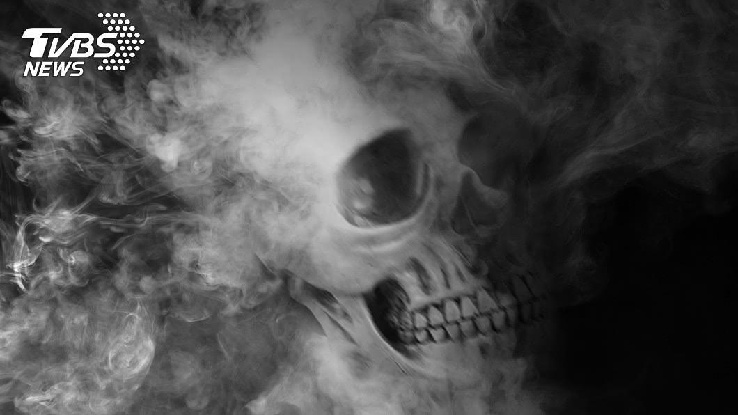 示意圖/TVBS 不滿被罰錢!男潑「化骨水」報復 老翁全身冒煙慘死