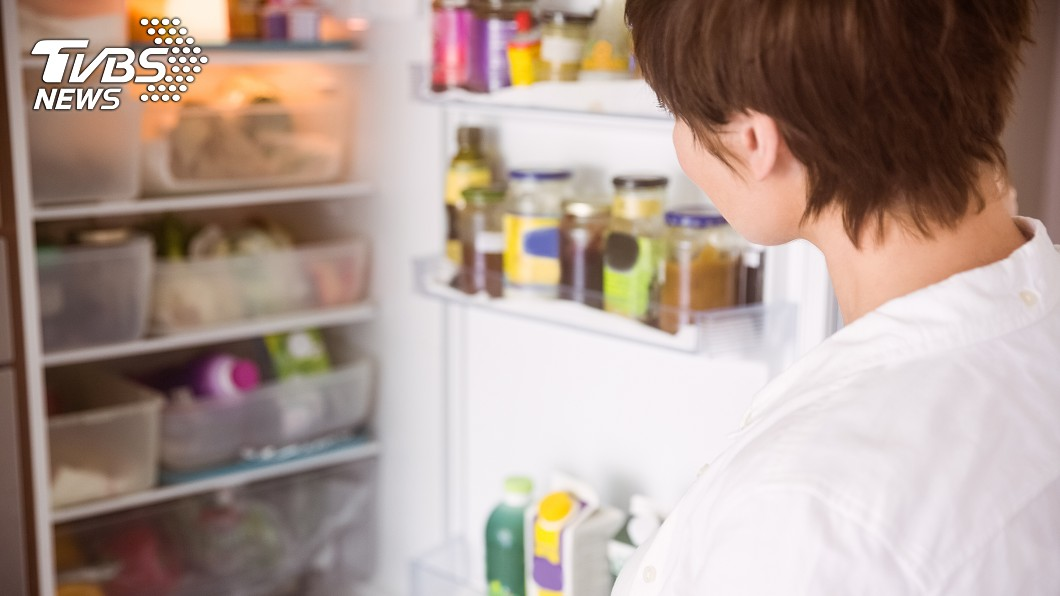 許多人家中的冰箱塞滿各種食物,太久沒清容易會孳生細菌。(示意圖/TVBS) 媳趁婆婆出遊清冰箱挖出「綠翡翠」 網崩潰:放多久了?