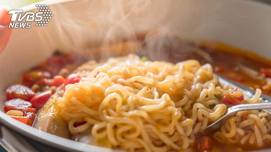 許多人愛吃泡麵。(示意圖/TVBS) 神助攻!泡麵美味升級 網推「葉菜2霸主」:加到滿出來