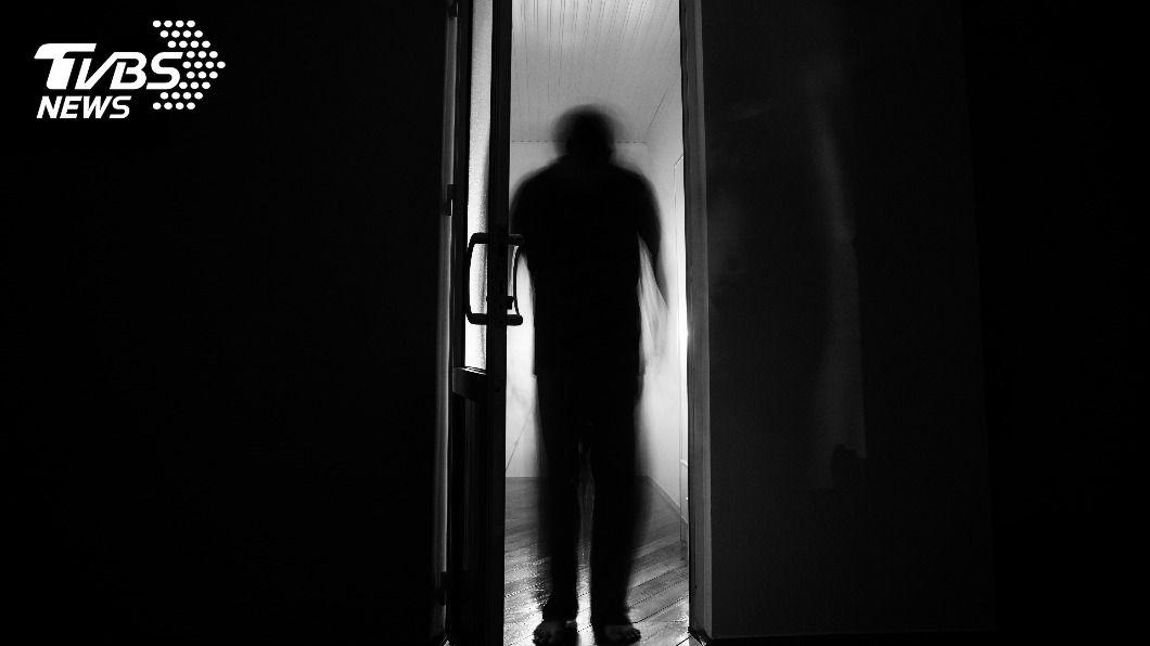 黑影現身,令女主播嚇壞。(示意圖/TVBS) 《見鬼》真實版?黑影人抓交替 女主播曝死過2次
